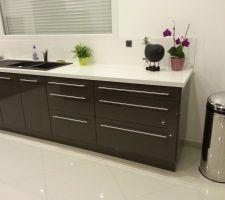 Les finitions de la cuisine : pose des derniers panneaux de finition et des poignées