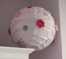 boule japonaise de chez ikea achete brute blanche customisee maison avec un ruban de 5 metres satine rose pale et des fleurs en crochet faites main de couleur roses fushia roses pales blanches grises pale assorties a la chambre
