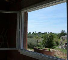 Les coulisses des volets roulants sont mises en place - fenêtre salle à manger...
