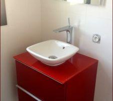 Meuble Ikea customisé avec plan verre rouge