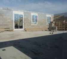 Mur intérieur du fond : on voit la baie vitrée du bureau et les fenêtres des 2 chambres des enfants.
