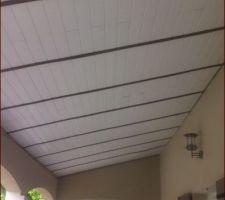 Pose de lames de bois afin de maintenir la couverture PVC de la terrasse lors des grands vents
