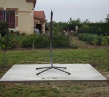 construction d une dalle de 9m2 ou nous allons poser une balancelle ainsi qu une pergola en bois sur laquelle va pousser des arbres a kiwis