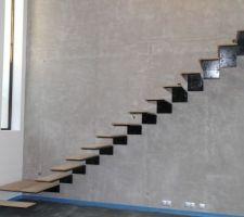 l escalier avec les marches en bois