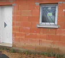 Pose des menuiseries terminées, porte d'entrée et fenêtre de la salle de bain