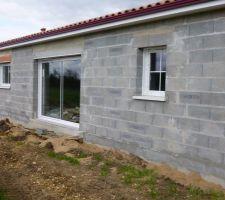 les menuiseries extérieurs sont posés , il a fallu faire une baie vitré de 3 m afin de répondre aux normes de la rt 2012