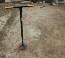 Creusage des trous diamètre 20 cm à la tarière pour les pieux béton
