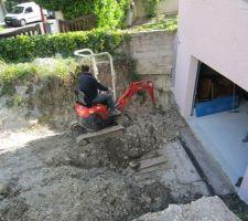 Terrassement en prévision des futurs murs de descente de garage.