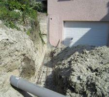 La canalisation d'évacuation qui croise les futurs murs, ça aide pas...
